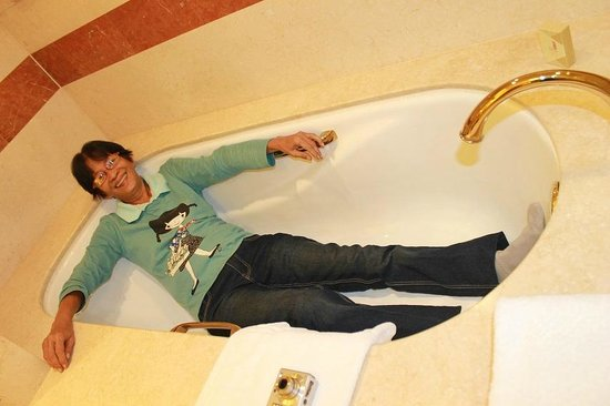 The Venetian Macao Resort Hotel : large bath