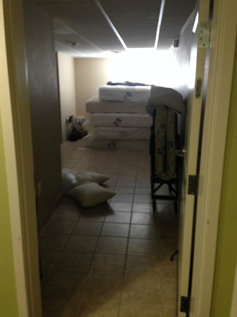 Conway, Αρκάνσας: Room full of mattress they said they didnt have any extra beds. we slept in the floor.