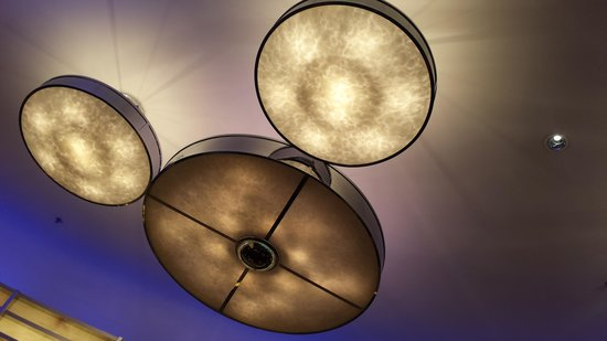 Disney's Hollywood Hotel : Chandeliers at the dining area