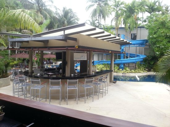 Novotel Phuket Surin Beach Resort.: Pool and outside bar area