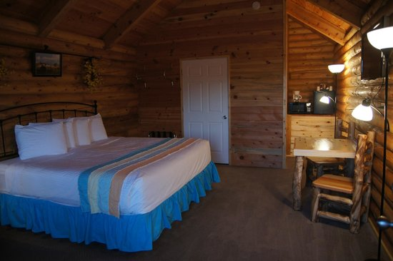 Bryce Canyon Log Cabins: room