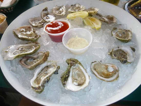 Rusty's Seafood and Oyster Bar: Itty bitty oysters