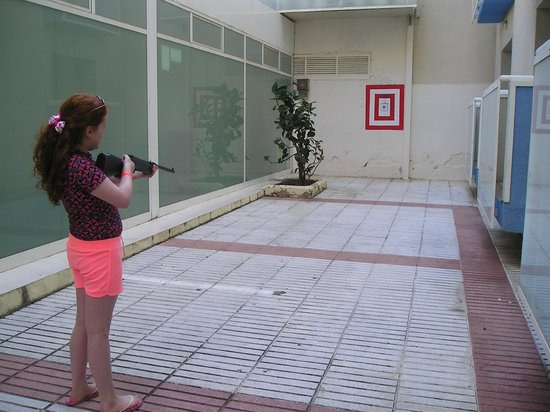 Hotel Villamarina Club : Villamarina Club, Salou. Rifle shooting takes place daily behind the dining area