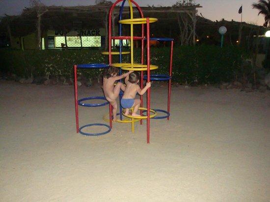 Shams Safaga: детская площадка (все металлическое - играть можно только вечером)