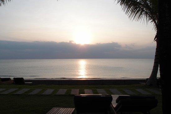 Chongfah Beach Resort: シービューバンガローからの夕日
