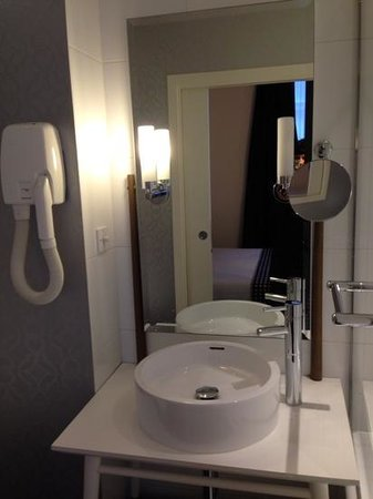 Hotel du Triangle d'Or: Bathroom - nice and clean