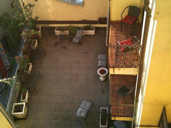 Hotel Schwarzer Adler : Внутренний дворик, место для курения