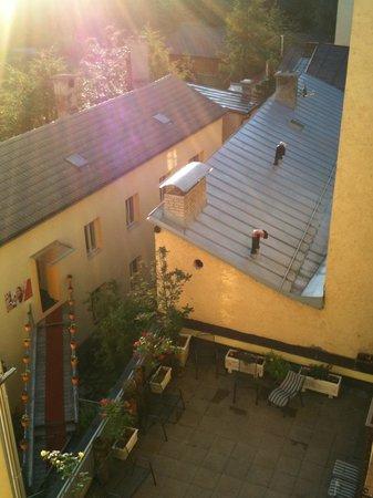 Hotel Schwarzer Adler: Через внутренний двор можно попасть в салон красоты (никем не замеченной;)