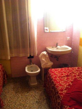 """Hotel alla Salute: El """"baño"""" de la habitación. Lamentable."""