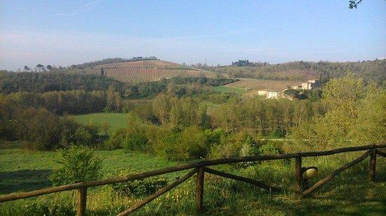 Antico Borgo San Lorenzo: il paesaggio appena fuori dall'appartamento. Aperitivi sul tavolino del giardino con questa vist