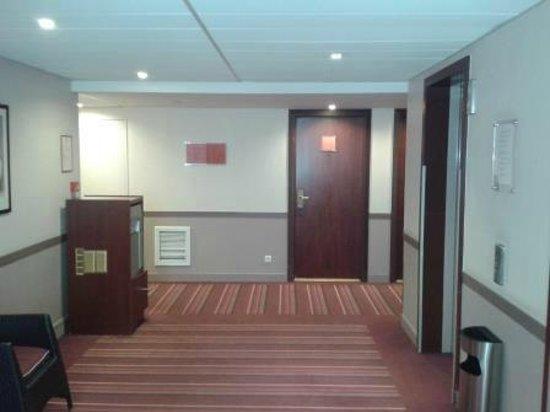 Hôtel Concorde Montparnasse : Corridor leading to my room..
