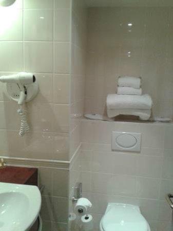 Hôtel Concorde Montparnasse : Small bathroom