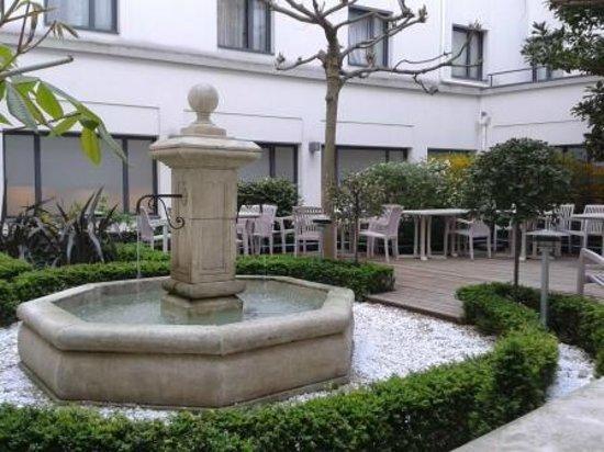Hôtel Concorde Montparnasse : Garden at the reception..