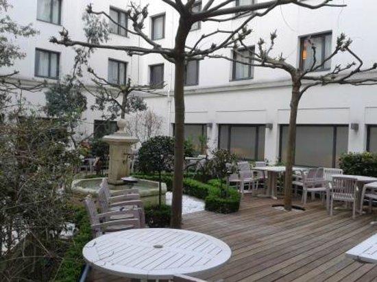 Hôtel Concorde Montparnasse : Very nice garden at the reception..