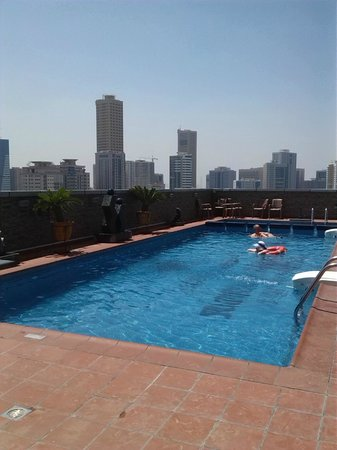 Royal Grand Suite Hotel: Pool at the top