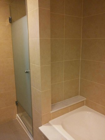 Capital Coast Resort & Spa: Shower and Bathroom