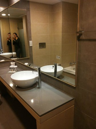 Capital Coast Resort & Spa: Very spacious bathroom