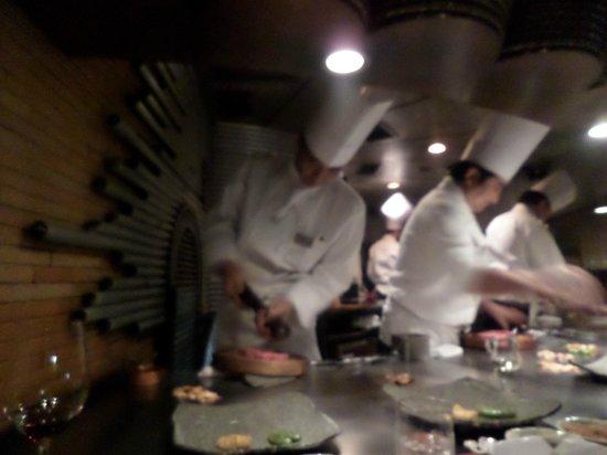 Mon cher ton ton Shinjuku: Cuochi all'opera al teppanyaki