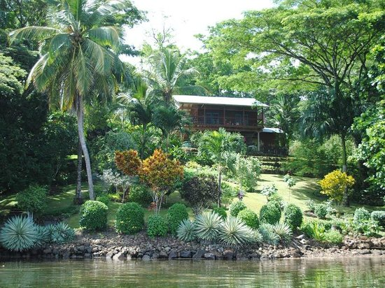 Bocas del Toro, Panamá: Welcome to Green Acres Chocolate Farm - the view of the house as you arrive