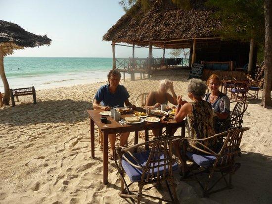Ndame Beach Lodge Zanzibar: Ontbijten aan het strand