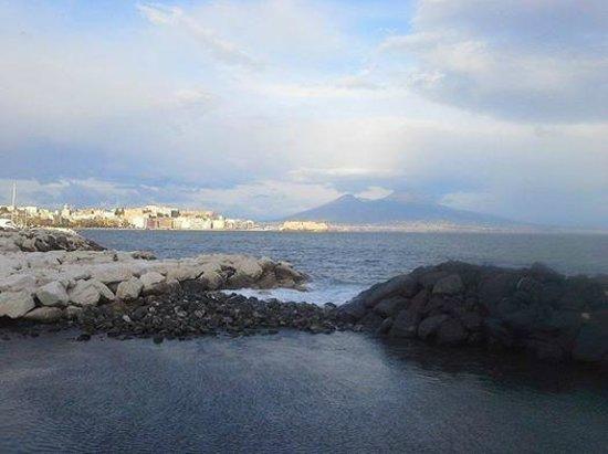 Via Caracciolo e Lungomare di Napoli : Napels Lungomare withCastel del'Uovo and Mount Vesivius in the background