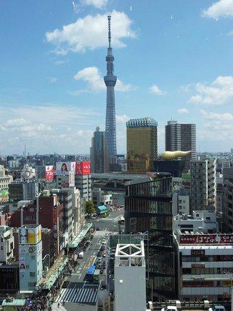 THE GATE HOTEL Asakusa Kaminarimon by HULIC: Ausblick von der Rezeption