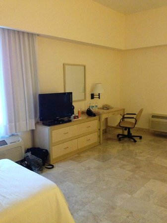 Fiesta Inn Veracruz Malecon: very large room, very sparsely furnished