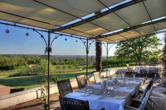 Vue de Duras: Eating outside on the terrace under the shade of the pergola