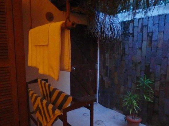 Filitheyo Island Resort: shower area