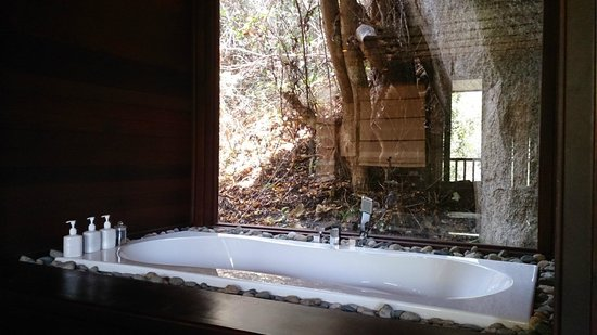 L'Alyana Villas Ninh Van Bay: hill rock villa 29 view from large window next to bathtub