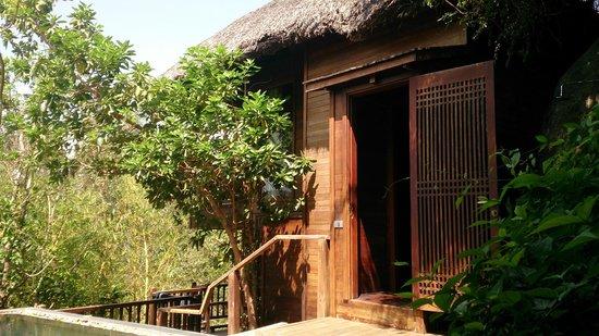 L'Alyana Villas Ninh Van Bay: hill rock villa 29 door leading to staircase. up for bedroom, down for bathroom area