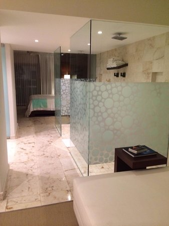 The Palm at Playa: Open showers
