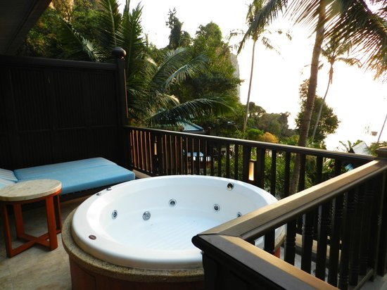 Centara Grand Beach Resort & Villas Krabi: jacuzzi on the balcony