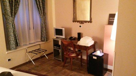 Bed and Breakfast Galileo 2000: Zimmer - Schreibtisch