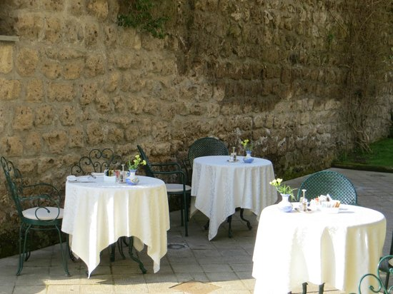 Antiche Mura Hotel: Tables right outside breakfast room