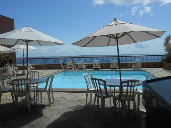 Sol Victoria Marina : vista da piscina dá pra bahia e ilha de itaparica.