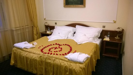 Hotel General: BEd with rose leaves