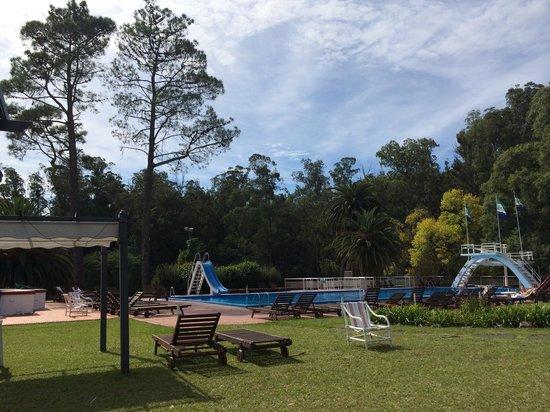 Hotel Nirvana: Tiene una enorme piscina exterior. Y otra interior climatizada.