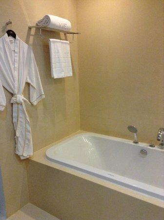 VIE Hotel Bangkok, MGallery by Sofitel: Bath tub is huge