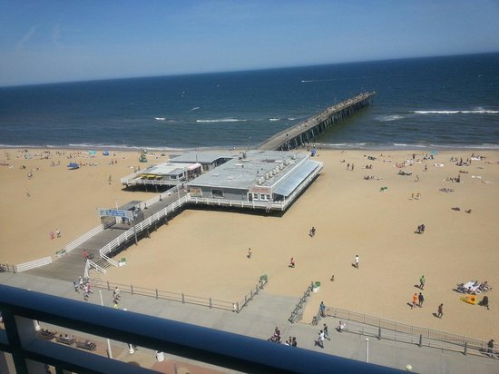 Best Western Plus Sandcastle Beachfront Hotel: View from our balcony right on the boardwalk