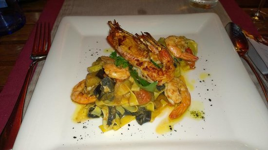 Restaurante Los Roques: King Prawns on saffron tagliatelle, squid ink tagliatelle, roasted vegetables (€19.50)