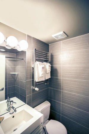 Nuvo Hotel Suites: Bathroom