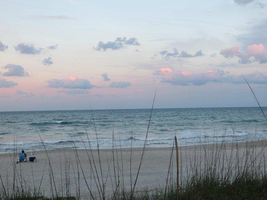 Sea Scape Motel - Oceanfront Getaway: tramonto sulla spiaggia dalla suite