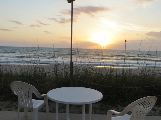 Sea Scape Motel - Oceanfront Getaway: alba dalla suite
