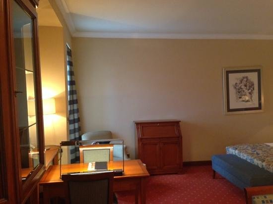 BEST WESTERN PREMIER Hotel Astoria: writing desk