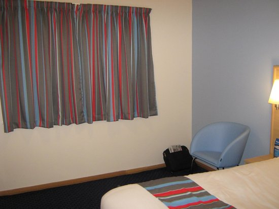 Travelodge Reading M4 Westbound: New curtains