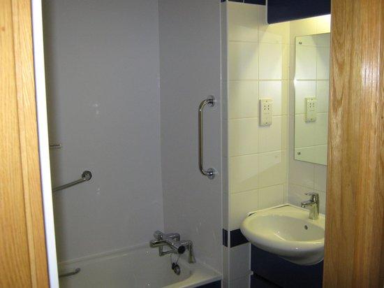 Travelodge Reading M4 Westbound: bathroom