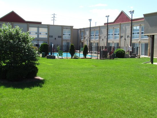 Super 8 Cambridge/Kitchener/Waterloo Area: courtyard/pool