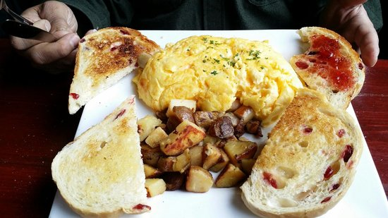 The Wild Wood Bistro & Bar : Omelet and bread with baked cranberries