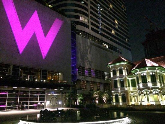 W Bangkok: 晚上大門